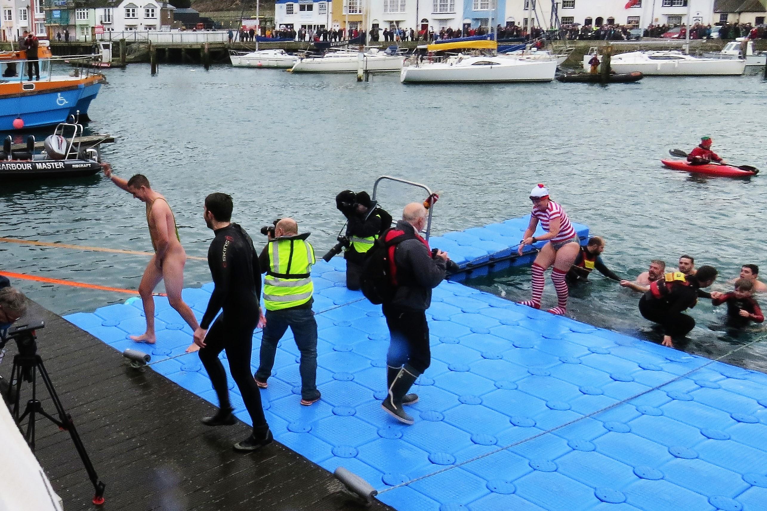 16-weymouth-christmas-harbour-swim-2016-0509